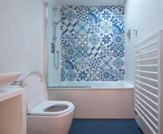 Semplici idee per la ristrutturazione di un bagno stretto e lungo - vasca a muro in fondo