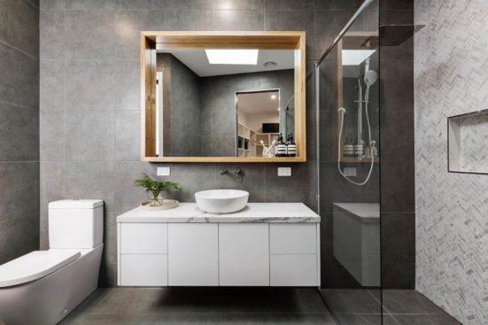 Bagno piccolo quadrato con doccia un passpartout senza tempo