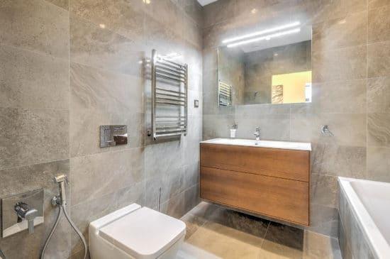 Bagno quadrato con vasca piccole dimensioni per un grande comfort